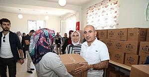 Başkan Kara erzak kolisi dağıttı