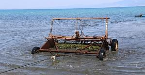 Burhaniye'de belediye deniz temizliği yaptı