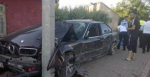 Direksiyon hakimiyeti kaybolan otomobil aydınlatma direğine çarptı