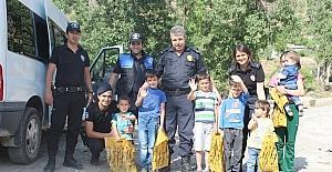 Hakkari polisi sınırdaki çocukları sevindirdi
