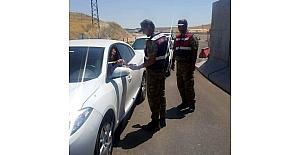 Jandarma ekiplerinden araç sürücülerine bayram sürprizi
