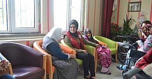 Karahisar Gençlik Merkezi gençleri huzurevini ziyaret etti