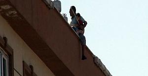 Karısını ve oğlunu çatıdan atacağını söyledi