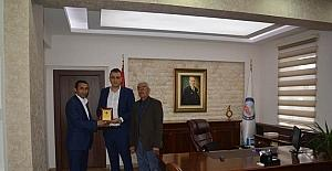 Kaymakam Akbulut Tepeköy Dernek Başkanı Aslanhan'a teşekkür plaketi verdi