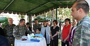 Orgeneral Akar ve kuvvet komutanları, Siirt'te asker ve güvenlik korucularıyla bayramlaştı