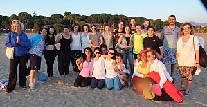 Plajda yoga ile stres attılar