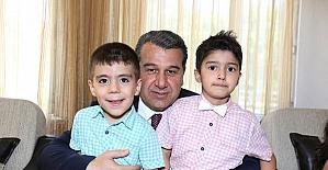 Vali Çelik ve eşi Emel Çelik çocuk ve yaşlılarla bayramlaştı