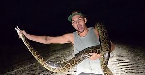 3 metrelik pitonu elleriyle yakaladı