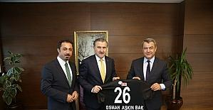 Başkan Özeçoğlu, Bakan Bak'a Eskişehirspor forması hediye etti