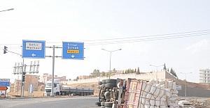Cizre'de virajı alamayan saman yüklü kamyon kaza yaptı