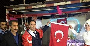 Düğünlerde Kur'an-ı Kerim ve Türk bayrağı hediye ediyorlar
