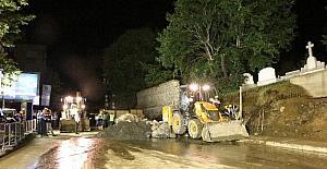 Duvarı yıkılan Pangaltı Ermeni Mezarlığı'nda çalışmalar gece de devam ediyor