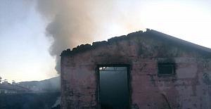 Elazığ'da bir ev, odunluk, samanlık ve 3 kiler kül oldu
