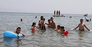 Gaziemirli çocuklar denizin keyfini çıkardı