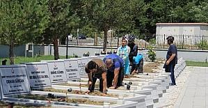 Gönüllü gençler şehitliği çiçeklerle donattı