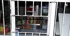 Hırsızlık için girdiği kantinde çikolata yerken yakalandı