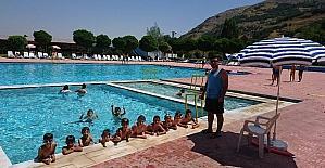 İnönü'de 90 çocuğa şifalı doğal kaynak suyunda yüzme kursu