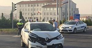 Kırmızı ışık ihlali yapan gurbetçiler kaza yaptı: 2 yaralı