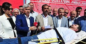 Sağlık çalışanları taleplerini toplu sözleşme masasına ambulans ile gönderdi