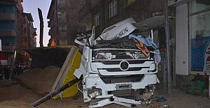 Yüksekova'da kum yüklü kamyon devrildi