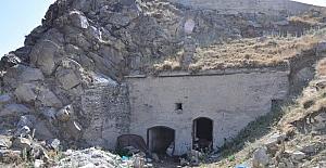 436 yıllık Tarihi Timur Paşa Tabyası ahır olarak kullanılıyor