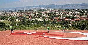 600 metrekarelik dev Türk bayrağı yenilendi