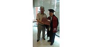71 yaşında üniversiteden mezun oldu