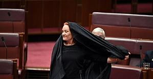 Avustralyalı senatörden çirkin protesto