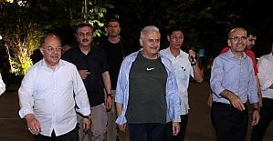 Başbakan Yıldırım, Vietnam sokaklarında yürüyüş yaptı