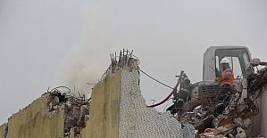 Binanın çatısında çıkan yangın büyümeden söndürüldü