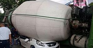 Filipinler'de beton mikseri otomobilin üzerine devrildi