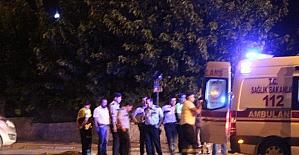Genç sürücü refüje çarpan otomobilinin camından dışarı fırladı: 1 ölü