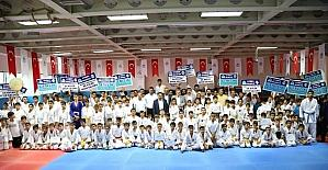 Gençlik merkezinden mezun olan sporcular gösteri düzenledi