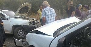 İki otomobil kafa kafaya çarpıştı:...
