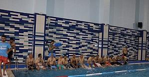 İtfaiyecilere yüzme eğitimi veriliyor