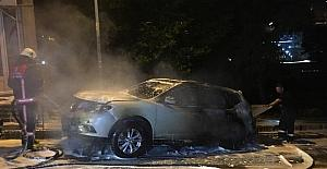 Kağıthane'de park halindeki lüks otomobil kundaklandı