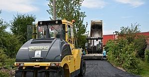 Kartepe'de yollar asfaltlanmaya devam ediyor