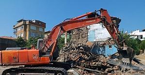 Milas'ta tehlike saçan binanın bir kısmı yıkıldı