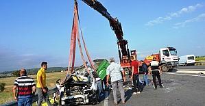 Otomobil traktöre arkadan çarptı 3 kişi yaralandı