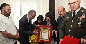 Şehit askerin 'Şehadet Belgesi' ailesine takdim edildi