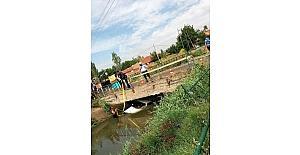 Sulama kanalına düşen otomobilden sağ kurtuldu