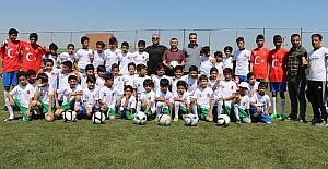 Suriyeli çocuklara spor malzemesi