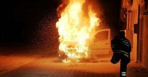 Alev alev yanan aracını çaresizce...