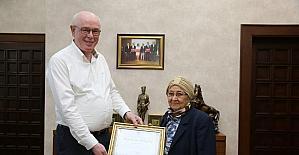 Kırım Tatar Müzesi için yaptığı bağışa plaket