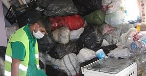 Çöp evi temizlenen kadın, ağır kokudan duramayan ekiplere mis sürdü