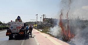 Erdemli'de yol kenarında çıkan yangın telefon hatlarını yaktı