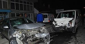 Hafif ticari araç park halindeki otomobile çarptı: 1 yaralı