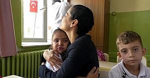 Kadın Kaymakamdan ağlayan öğrenciye anne şefkati