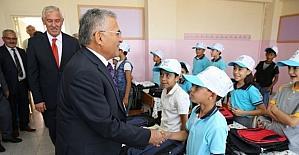 Melikgazi'den okullara kırtasiye ve çanta yardımı