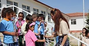 Öğrenciler, ilkokul 1'inci sınıf öğrencilerini çiçekle karşıladı